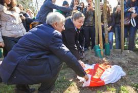 Rana Zaitouneh unveils the stone dedicated to her sister Razan with Milan's Mayor Giuliano Pisapia