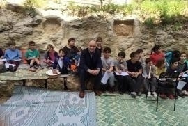 Gabriele Nissim together with Neve Shalom children