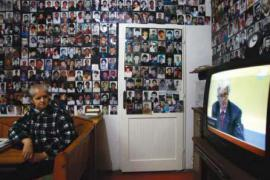 Witnesses of Srebrenica crimes with photos