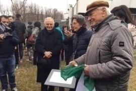 Piero Angela unveils the memorial plaque in the Garden of Vercelli