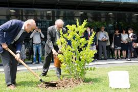 Gabriele Nissim and Vesselin Metodiev plant the magnolia tree dedicated to Dimitar Peshev, New Bulgarian University