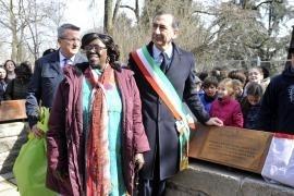 Rahab Mwatha with the Mayor of Milan Giuseppe Sala in front of the plaque dedicated to Wangari Maathai