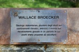 The plaque dedicated to Wallace Broecker at the Garden of the Righteous of Milan