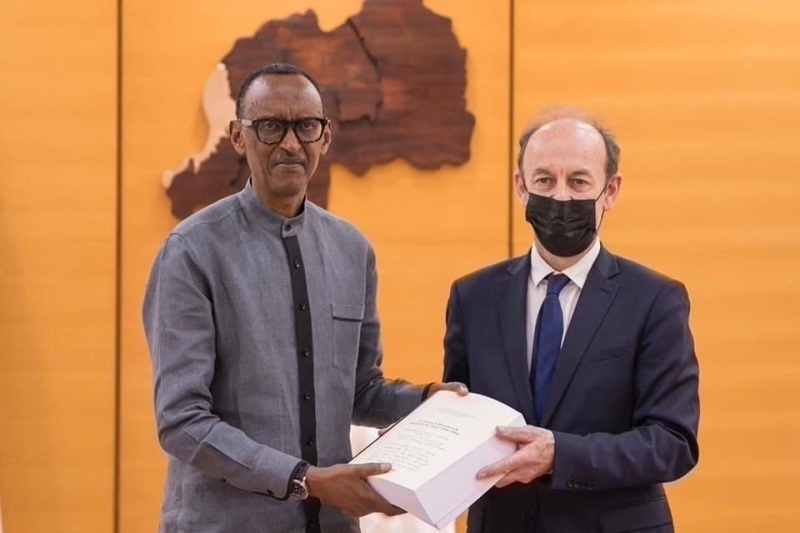 Vincent Duclert hands over to President Paul Kagame the report of the Commission he chaired
