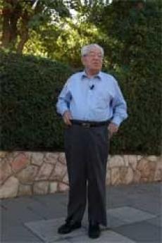 Moshe Bejski in the 2002 in front of Yad Vashem Garden, in Jerusalem