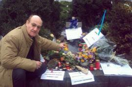 Gabriele Nissim brings flowers to the monument reminding of Jan Palach in St. Venceslaw Square, Prague