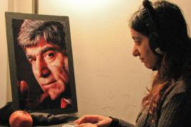 A student in front of the Hrant Dink picture (photo by Leonie Balci Kant)