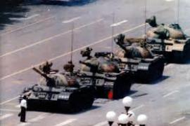 The brave student facing tanks all alone (picture by 64Memo.com)