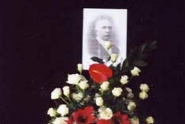 Flowers in front of Gorrini's photograph