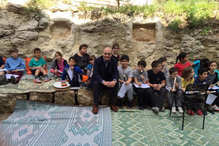 Gabriele Nissim with the children of Neve Shalom