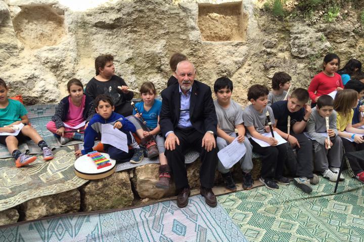Pietro Kuciukian with the children in Neve Shalom