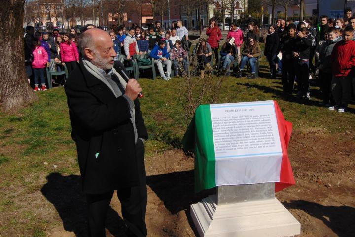 Stefano Levi Della Torre unveils the plaque in honour of Primo Levi
