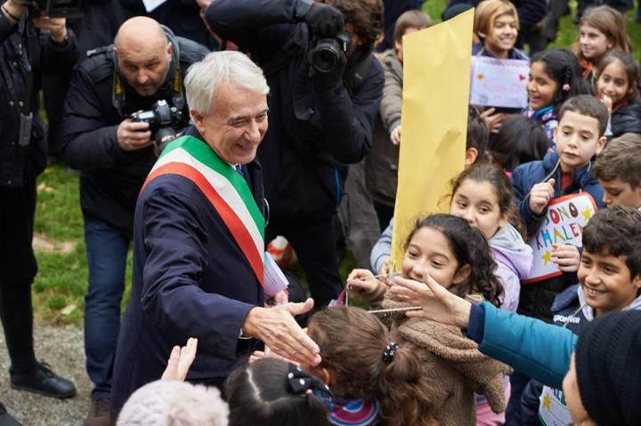 The Mayor of Milan greets children