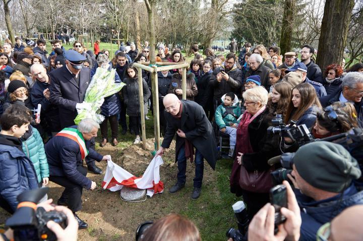 Mayor Pisapia unveiling the stone for Vian Dakhil