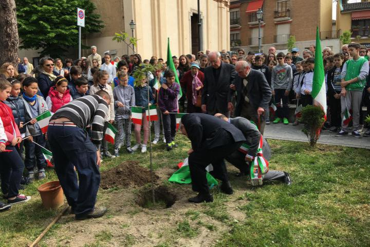 Planting of the tree and unveiling of the stone in the presence of two citizens who constitute the historical memory of Binasco