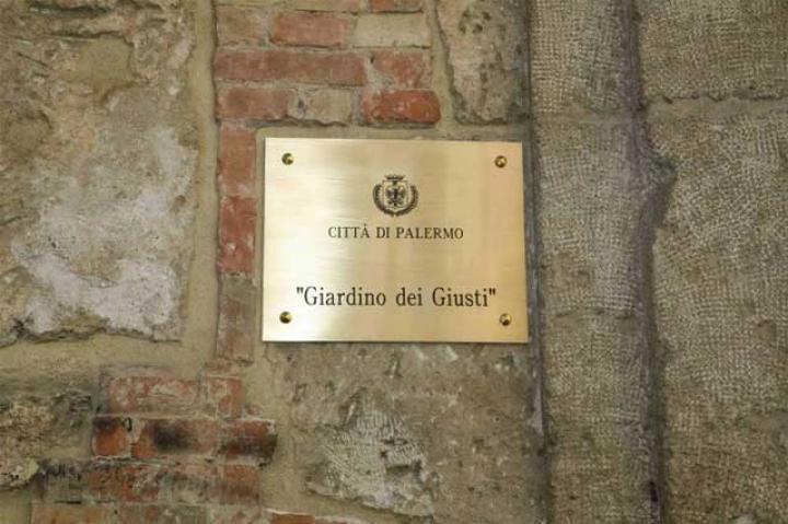 The plaque at the Garden's entrance