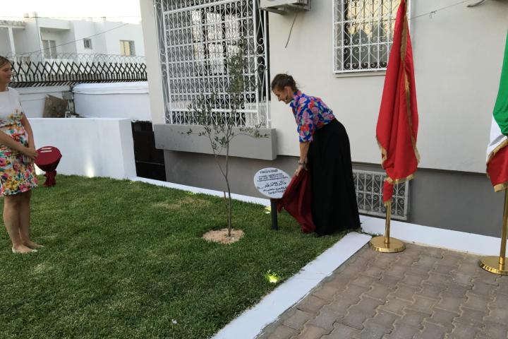 Cristina Miedico unveils the memorial stone of the Palmira's guardian