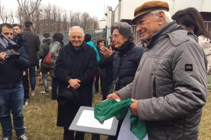 Piero Angela unveils the memorial stone in the garden of Vercelli
