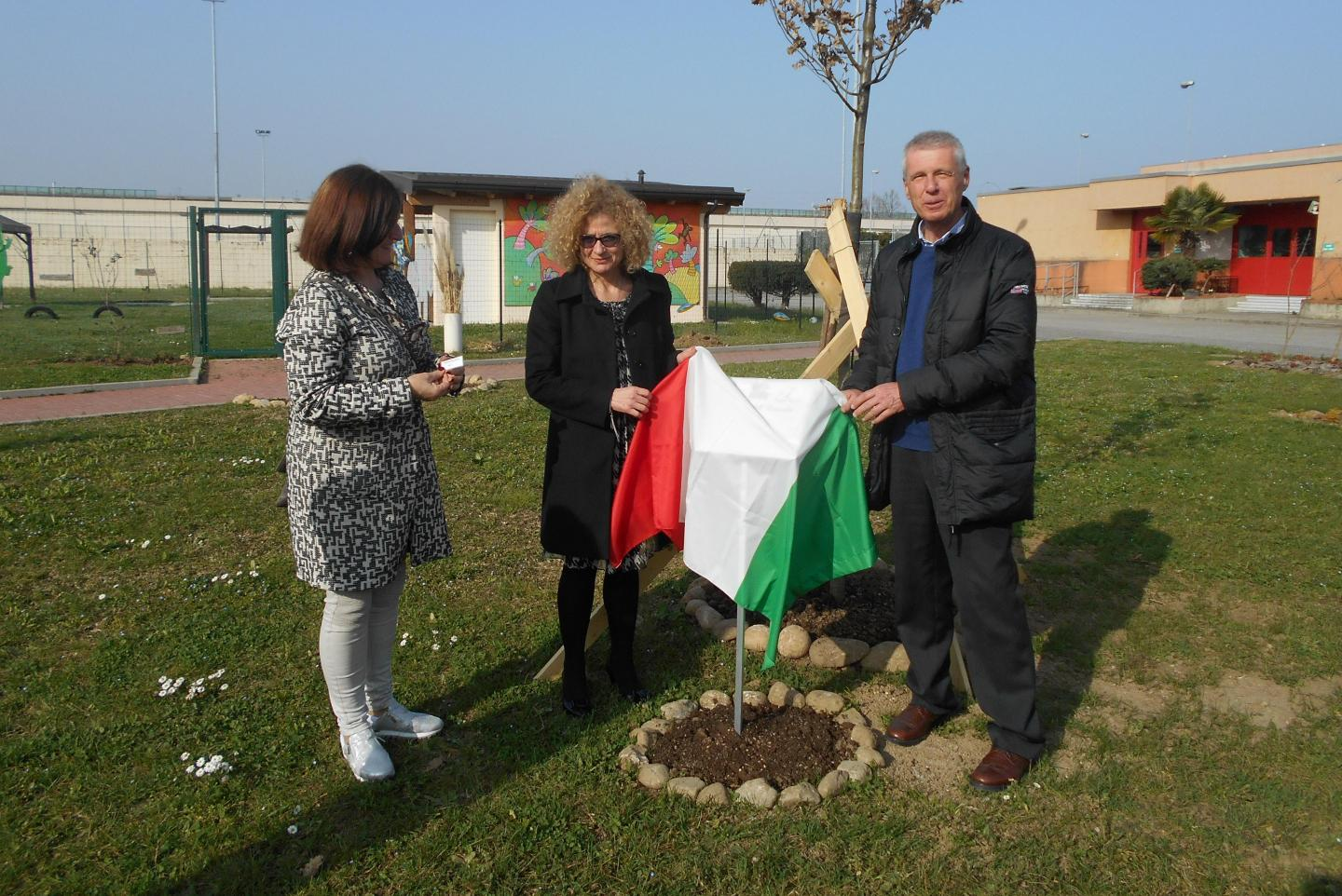 From the left: Roberta Miotto, chairman of the Association Senza Confini, Maria Pitaniello, warden of the Correctional Facility of Monza, and Franco Perlasca, son of Giorgio Perlasca