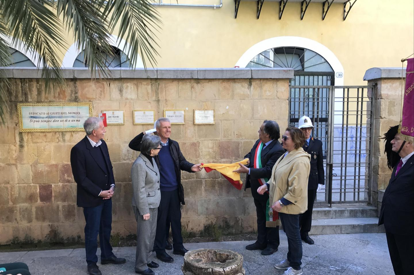 Francesco Perlasca unveils the memorial plaque dedicated to his father Giorgio
