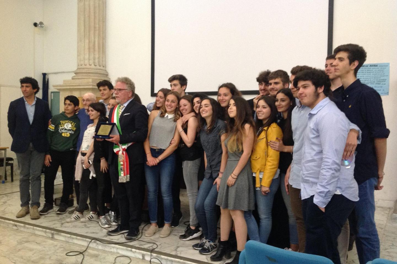 the students with  the Mayor of Magliano Sabina, Alfredo Graziani