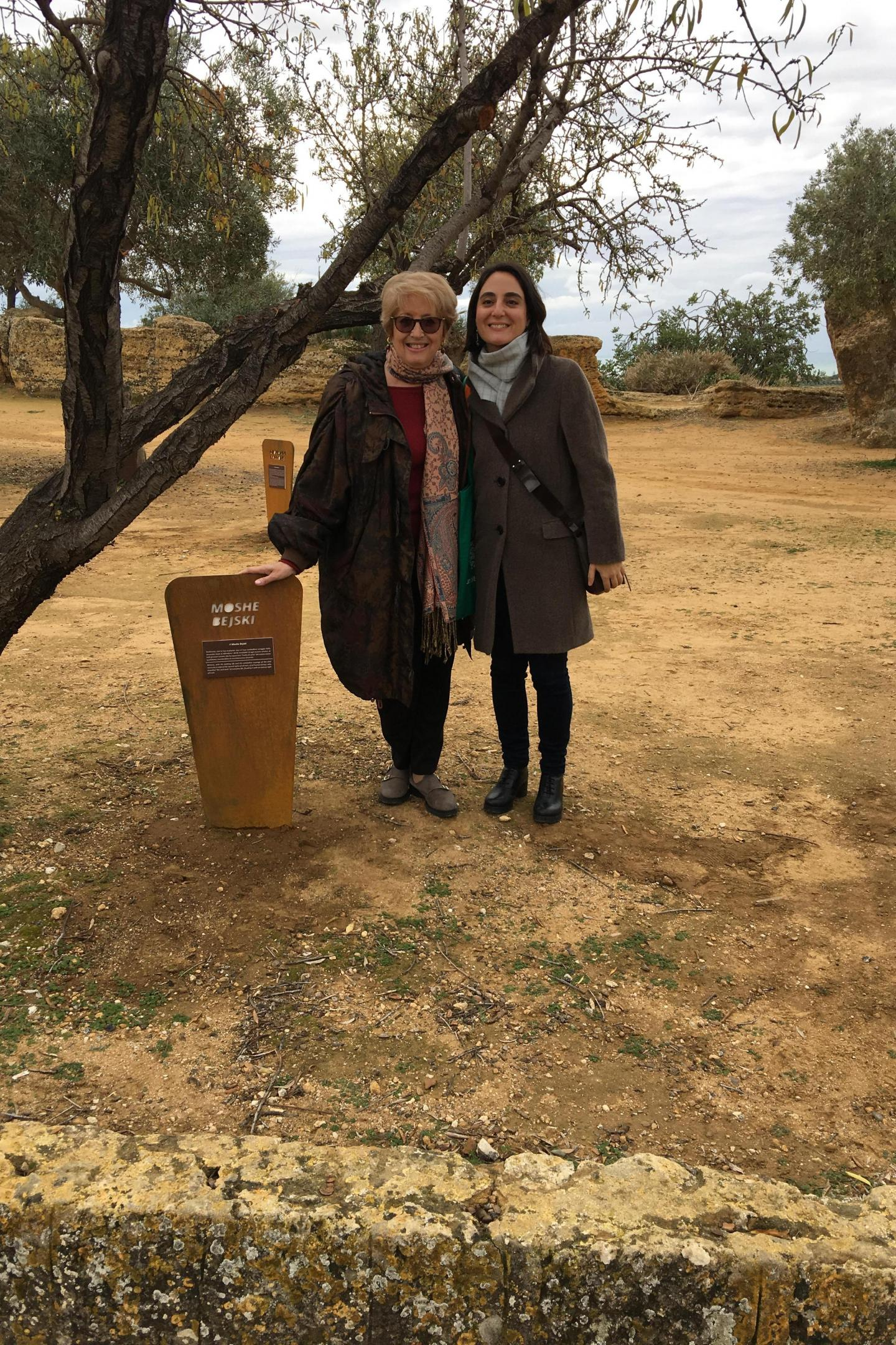 Ulianova Radice, director of Gariwo, and Valentina De Fazio with the plaque dedicated to Moshe Bejski, creator of the Garden of the Righteous