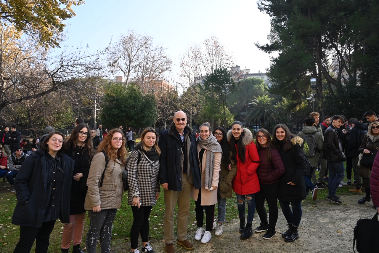 The students with Gabriele Nissim, Chairman of Gariwo
