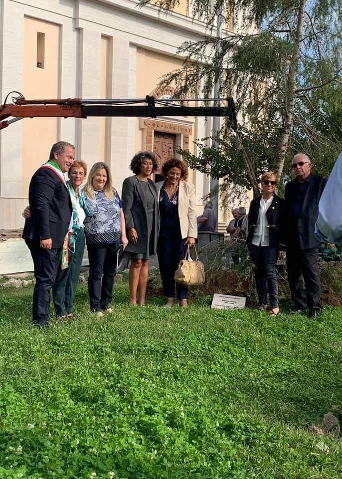 Group photo after the planting in Cisterna's Square