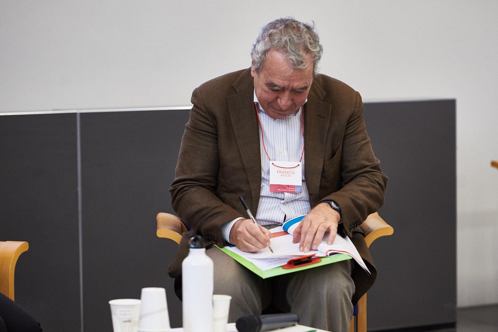 Franco Arturi signs the Charter