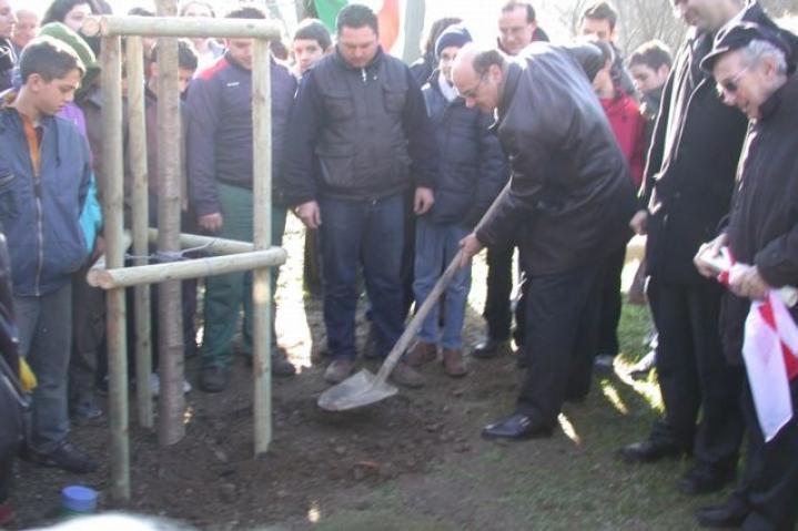 Gabriele Nissim plants the tree for Moshe Bejski