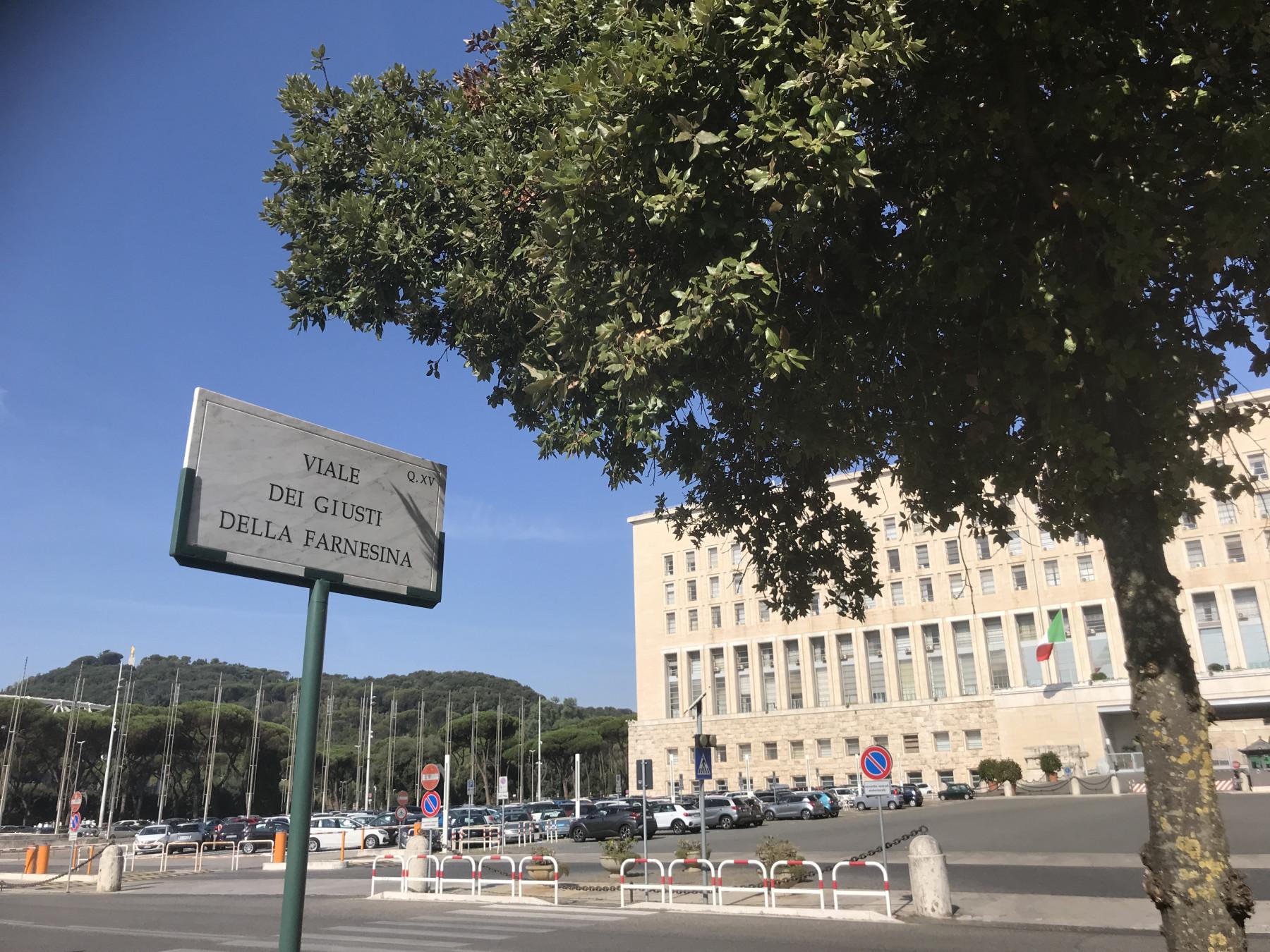 """The plaque of the """"Viale dei Giusti della Farnesina"""""""