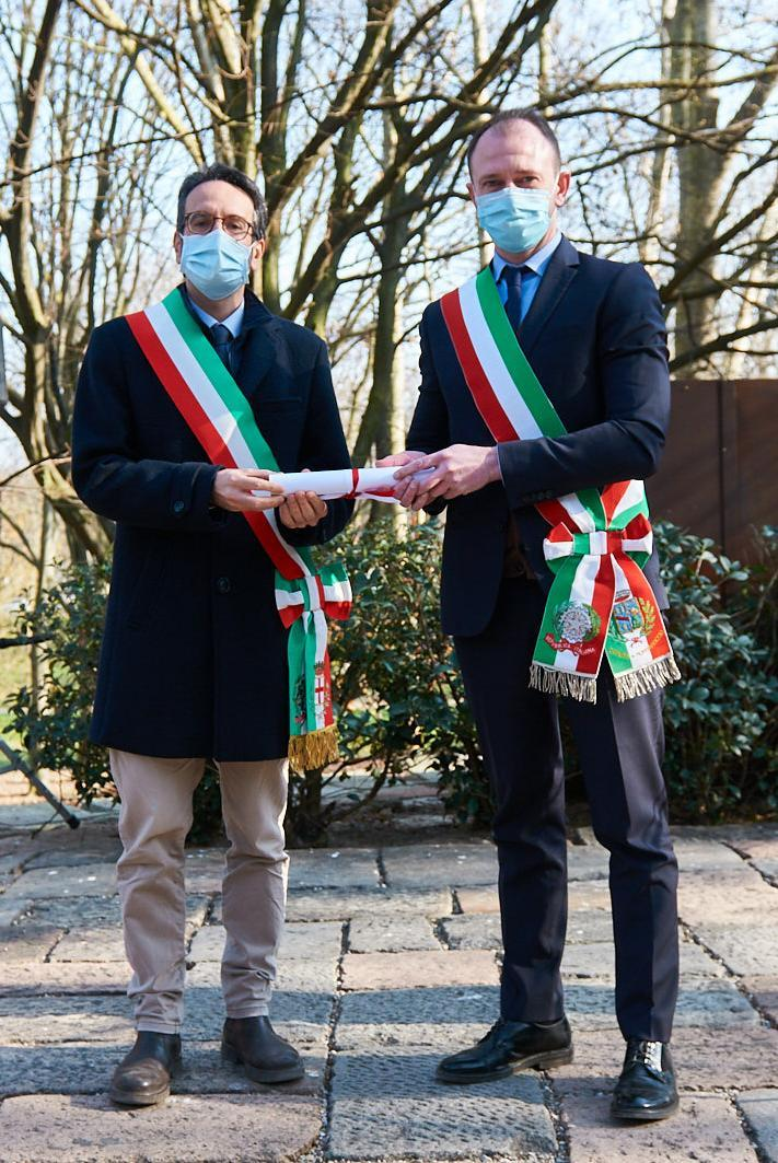 Lamberto Bertolé and Emanuele Petrucci, Mayor of Mombaraccio, who collects Erich Eder's parchment