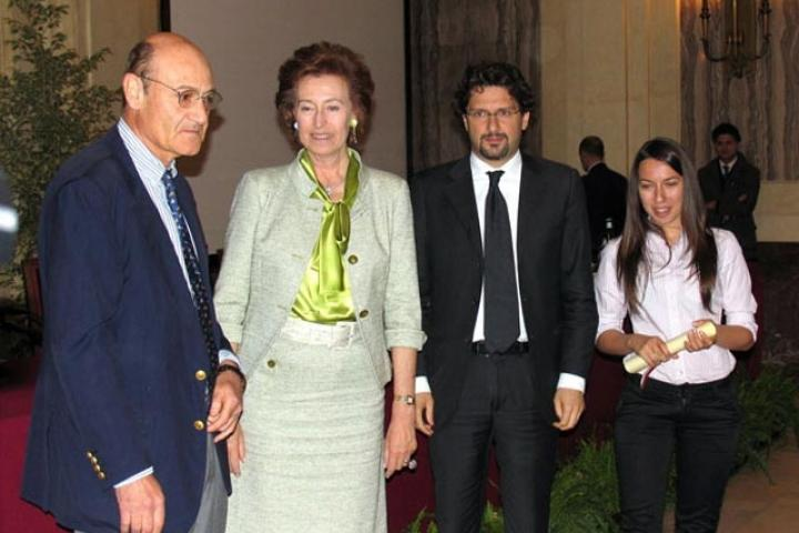 Nina Kondor receives the award for Dusko Kondor from the Mayor, President for the Association of the Garden of the Righteous of Milan