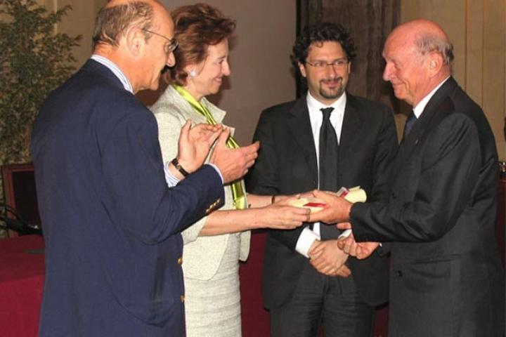 Pierantonio Costa receives the award from the Mayor, President for the Association of the Garden of the Righteous of Milan