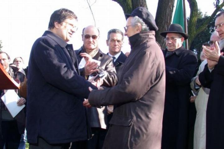 Giovanni Marra awards the Ambrogino d'Oro to Lucien Lazare, in representation of Moshe Bejski