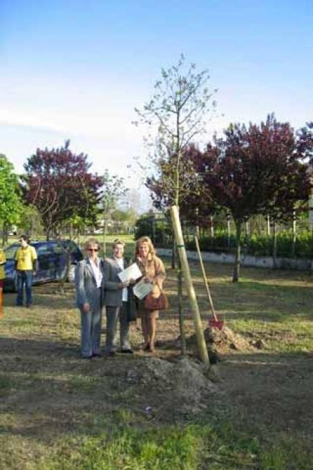 The daughters of Ezio Giorgetti and Osman Carugno stand next to the oaks planted in honour of their fathers