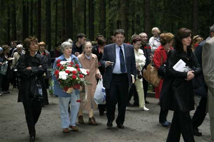 Commemoration with the victims' relatives at the entrance of Levashovo