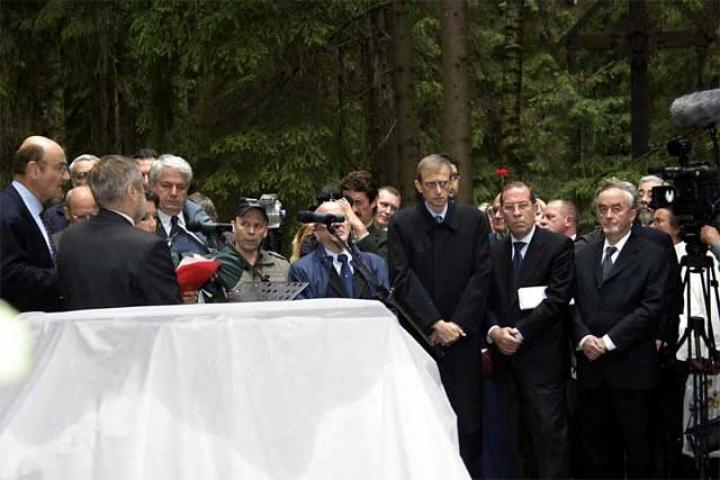 The authorities and relatives around the stele still to be unveiled before the ceremony
