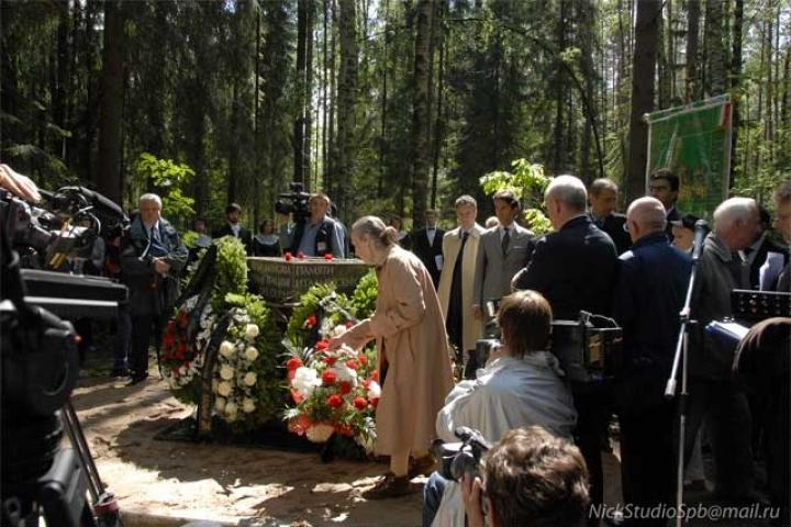 The carnations of the relatives after the stone is unveiled