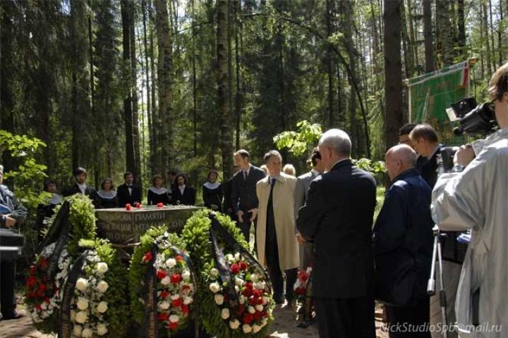 The wreaths of the Italian and Russian authorities