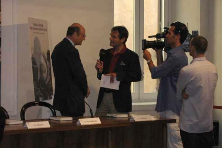 Gabriele Nissim being interviewed in Rome, by the International News, before the presentation of the book.