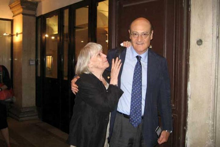 Luciana De Marchi with Gabriele Nissim at the exit of the Association. Foreign News after the conference.