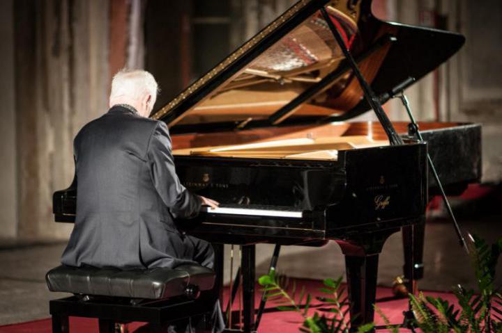Piano virtuoso Janusz Olejniczak
