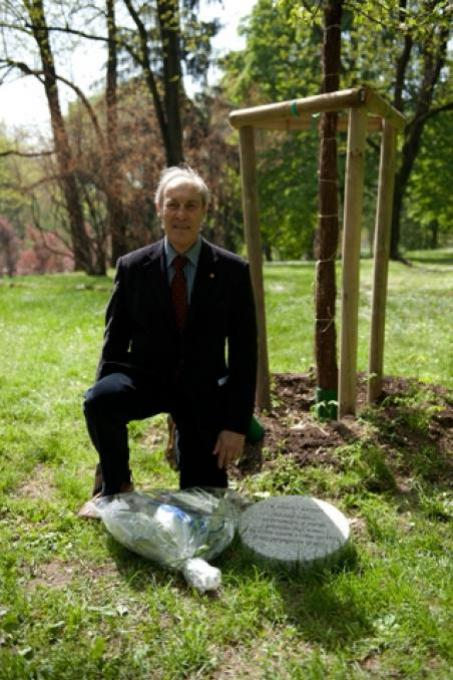 The architect Misha Wegner next to the stone dedicated to his father Armin Wegner