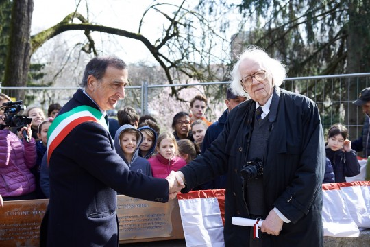 Istvan Bibo with Giuseppe Sala discovering the plaque dedicated to Bibo