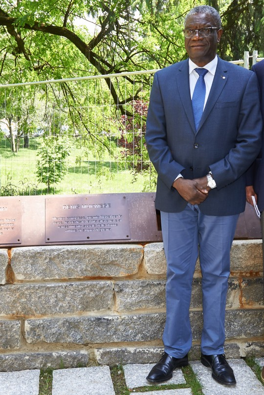 Dr. Mukwege with the plaque dedicated to him